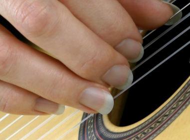 игра ногтями на гитаре